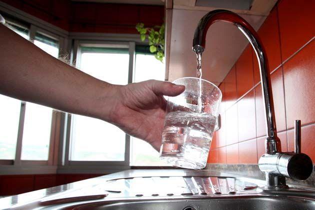 Agua sin flúor, fluoruro de sodio en pasta dental, agua embotellada sin fluor, pasta dental con fluor, pasta de dientes con fluor.