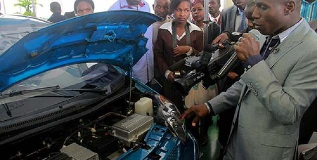 Maxwell Chikumbutso de Zimbabwe inventó el primer automóvil eléctrico del mundo que nunca necesita detenerse para cargarlo, preocupó a los ejecutivos de Tesla.