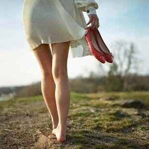La puesta a tierra implica caminar descalzo sobre el suelo