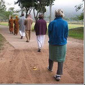 Meditar caminando despeja su mente de los pensamientos no deseados