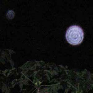 Los orbes aparecen como bolas de luz capturadas a través de la cámara