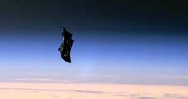 Satélite mapa, Satélite Black Knight: orbita la Tierra en una órbita casi polar