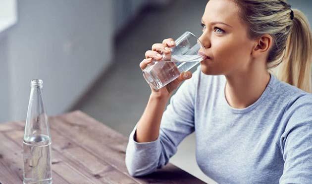 Agua mineral: La ingesta recomendada 8 vasos de agua al día