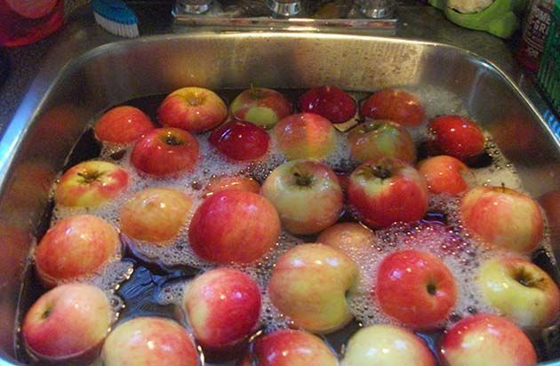 Insecticidas naturales: lavar las manzanas con agua del grifo no es tan efectivo