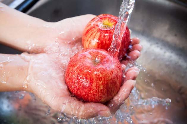 Insecticidas naturales: 1 lavar manzanas con agua del grifo no es efectivo