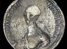 Moneda antigua: muestra la cabeza y el hombro de un ser extraterrestre