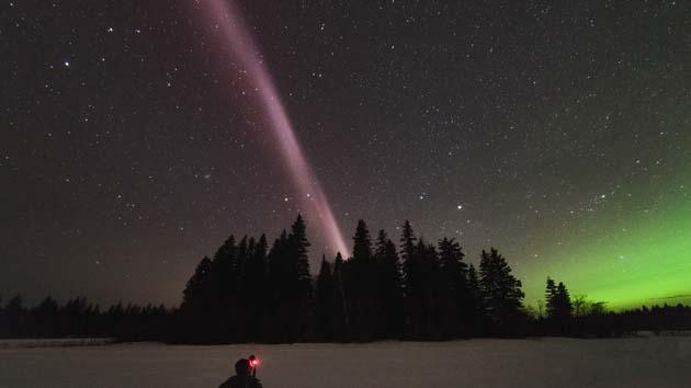 Luces azules y púrpuras que brillan en el cielo nocturno 0