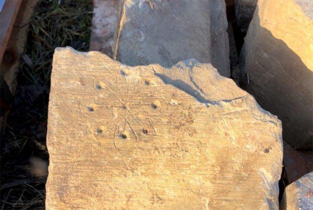Brujas: piedra grabada con extraños patrones circulares 0