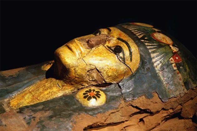 Trozos de madera en descomposición grabados de un sarcófago