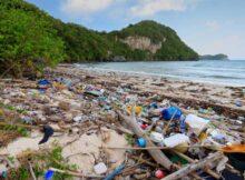 00 Botellas de plástico: barcos están tirando basura 00
